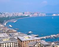 ナポリの港と街並み(イメージ)